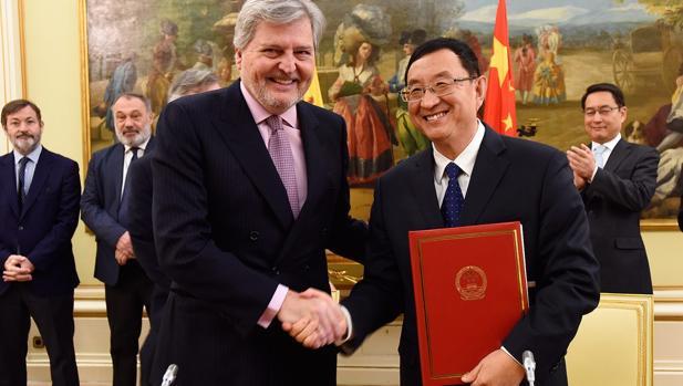 El ministro de Educación, Cultura y Deporte de España, Íñigo Méndez de Vigo y el ministro de Cultura de la República Popular China, Luo Shugang, tras la firma del acuerdo