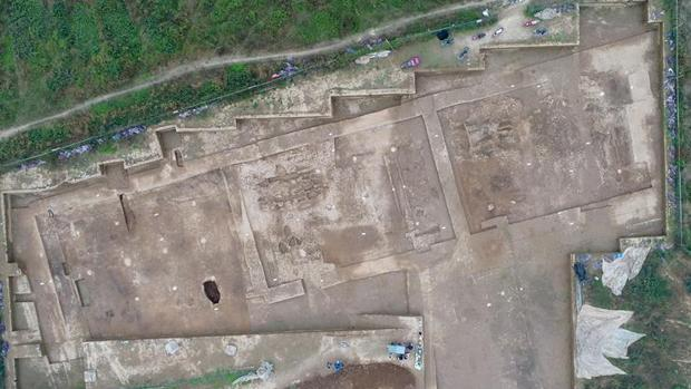 Vista aérea de las ruinas de un edificio de oficinas gubernamentales, que se cree que fue un departamento musical de la dinastía Qin (221-207 a.C.)