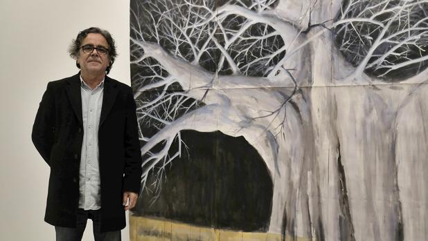 Juan Ángel González de la Calle, delante de una de sus pinturas