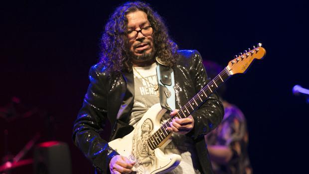 Raimundo Amador en pleno concierto