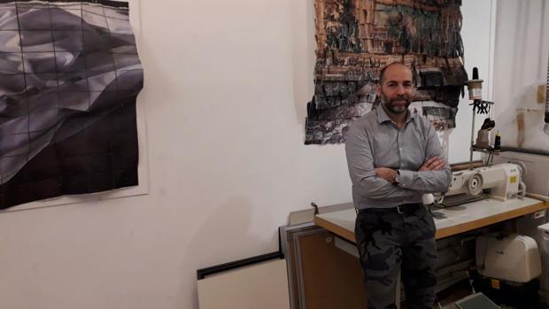 Germán Gómez entre las obras de su estudio
