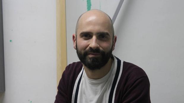 Guillermo Mora posa en su estudio del barrio madrileño Puerta del Ángel