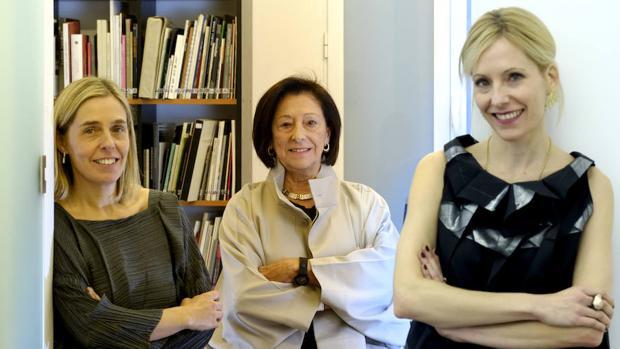 Nieves Fernández, fundadora de la galería, junto a sus hijas Idoia (izquierda) y Nerea (derecha)