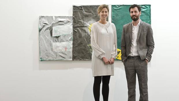 Rebeca Blanchard y Alex Nogueras, fundadores de la galería, posan en una de sus exposiciones