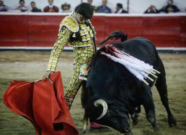 Andrés Roca Rey, en un ajustado y sentido muletazo