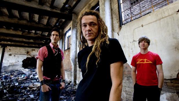 Daniel Lorca (centro), junto a sus compañeros de Nada Surf: Matthew Caws (derecha) e Ira Elliot