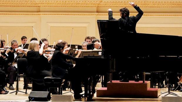 Javier Perianes (al piano) y Pablo Heras-Casado, en el podio, en el primer concierto que ofrecieron juntos, en 2016