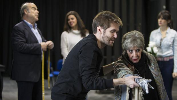 Manuel M.VVelasco hace una indicación a su madre durante un ensayo de «El funeral»