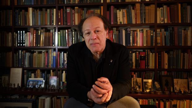 El escritor Javier Marías, en la casa de Madrid en la que vive, lee y escribe
