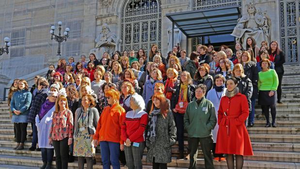Mujeres trabajadoras en frente de la BNE en Madrid