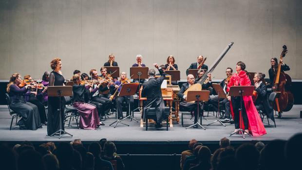Harry Bicket, al clave, dirigiendo a The English Concert en el Teatro de la Maestranza