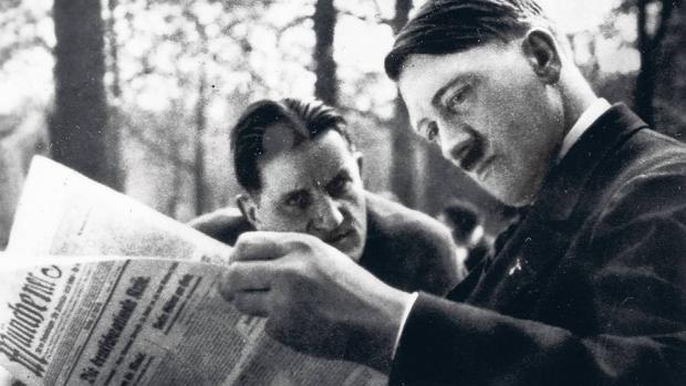 «Putzi» con Hitler en el Café HEck en 1930