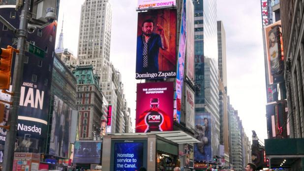 El artista plástico español radicado en Miami, Domingo Zapata, en una de las gigantescas pantallas de la emblemática plaza neoyorquina de Times Square