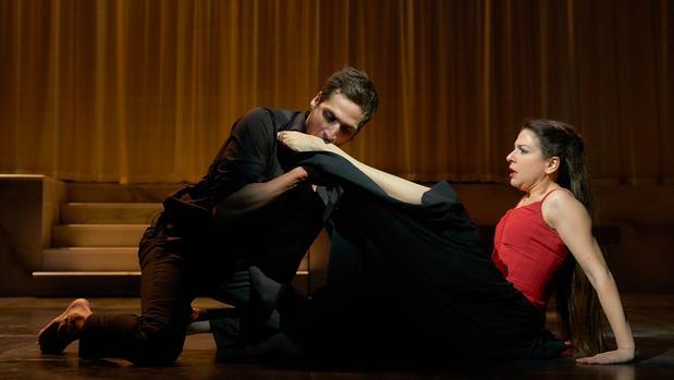 Raúl Prieto (Don Juan) y Mamen Camacho (Tisbea), en una escena de «El burlador de Sevilla»