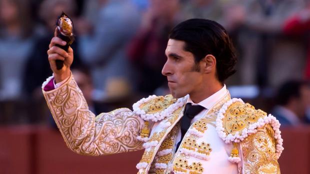 El diestro Alejandro Talavante saluda con su trofeo tras su segundo toro de la tarde en el quinto festejo de abono de la Plaza de la Maestranza