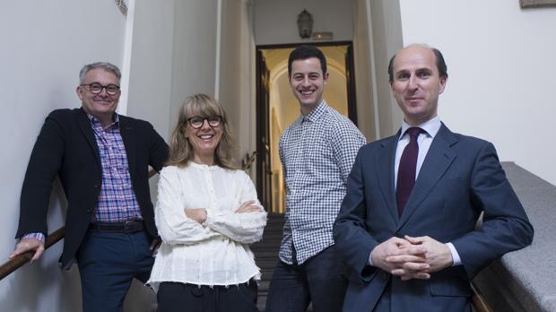 El equipo técnico del Diccionario Biográfico. De izquierda a derecha: Santiago Sáenz Samaniego, Ana de Quinto, Paris González-Albo y Jaime Olmedo