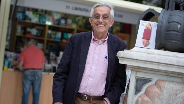 El escritor Rodríguez Almodóvar en la Feria del Libro de Sevilla