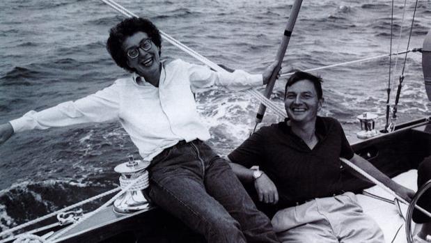 Peggy y David Rockefeller, navegando en el velero «Jack Tar» por la costa de Maine. Es la fotografía de la pareja preferida por David
