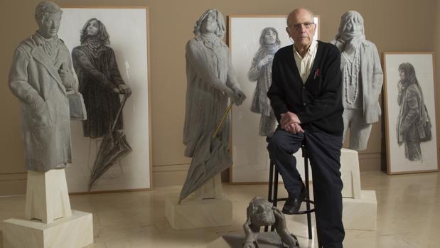 El escultor, con algunas de sus obras en la Academia de Bellas Artes, donde le dedicaron una exposición en 2016