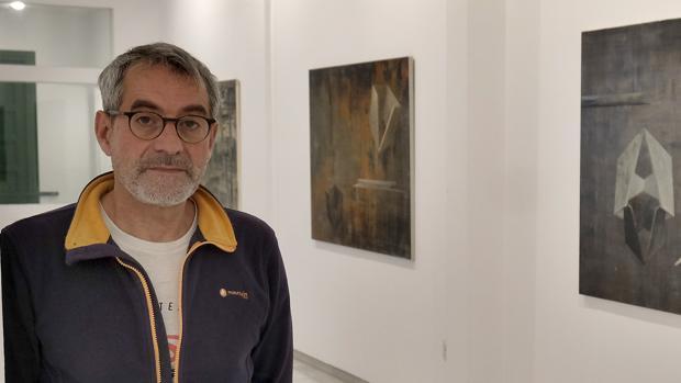 Carlos Montaño, junto a algunas de las obras expuestas en Birimbao