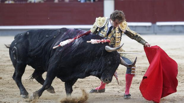 Román se dobla con el segundo toro de Fuente Ymbro