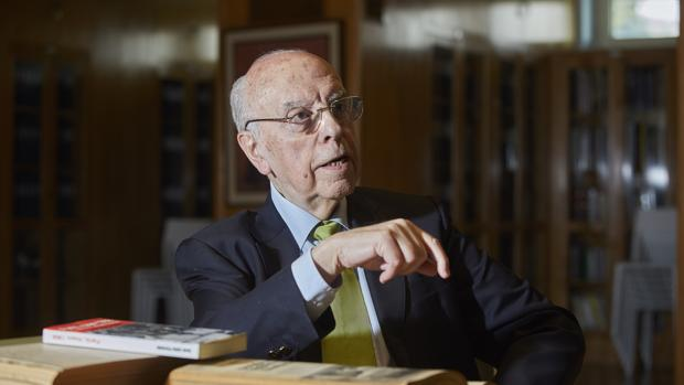El escritor y periodista José Julio Perlado, durante la entrevista en la biblioteca de ABC