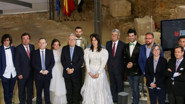 El presidente de la Junta de Extremadura 2(i), el ministro de Cultura portugués, Luís Filipe Castro Mendes (5i), y el ministro de Asuntos Exteriores de España Alfonso Dastis (5d), durante la presentación de la programación de la 64 edición del Festival Internacional de Teatro Clásico de Mérida, que se ha realizado en el Museo del Teatro Romano de Lisboa