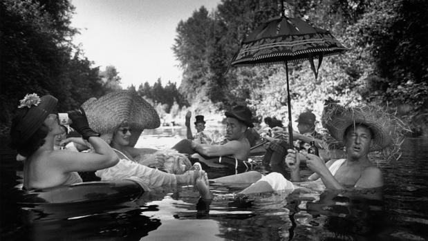 «USA. Seattle, Washington. 1953. Members of the Seattle Tubing Society in full float»
