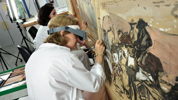 Un momento de los trabajos de restauración de los cuadros de la serie «Visión de España»