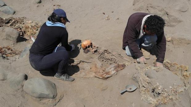 Arqueólogos trabajando en la excavación