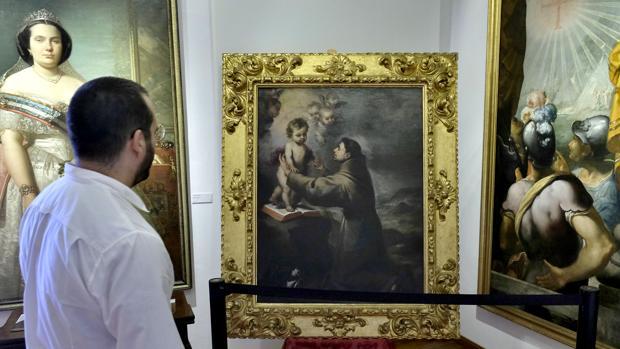 Un espectador mira el cuadro «San Antonio con el Niño
