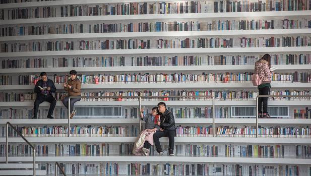 Varias personas en la biblioteca de Tianjin Binhai (China)