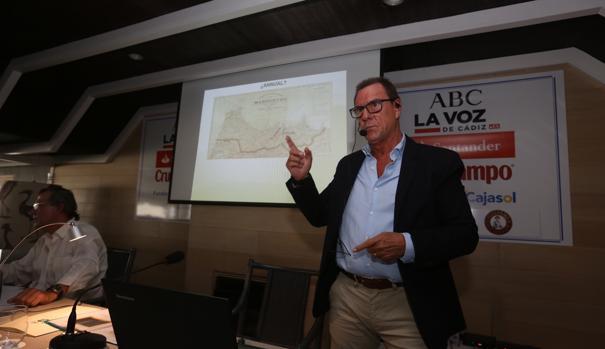 El coronel Fernando Caballero Echevarría en la conferencia sobre el desastre de Annual