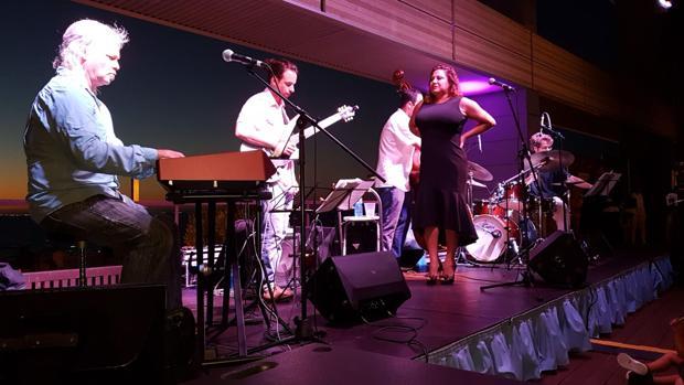 La dama del latin jazz se convirtió anoche en la segunda cita de conciertos del Parador Atlántico.