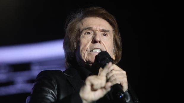 El cantante derrochó carisma en el escenario del Concert Music Sancti Petri con 'Infinitos bailes'
