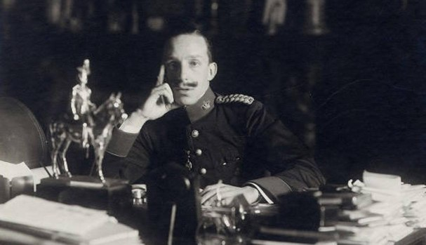 Alfonso XIII en su despacho