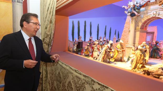 Antonio Pulido, presidente de la Fundación Cajasol, en una de las escenas del Belén Napolitano en Cádiz