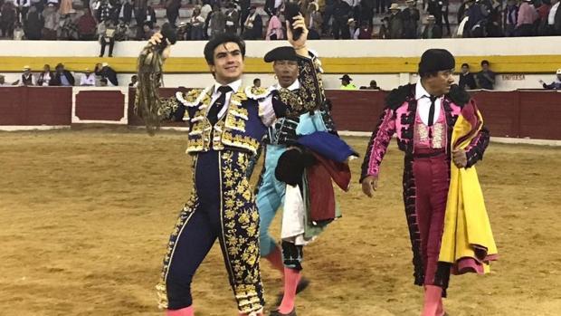 Jesús Enrique Colombo da la vuelta al ruedo con los máximos trofeos simbólicos