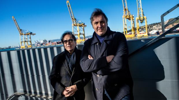 El comisionado del instituto de Cultura de Barcelona, Joan Subirats (i), y el comisario de BCNegra, Carlos Zanón, posan en el puerto de Barcelona