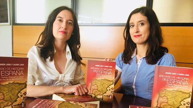 Las historiadoras María y Laura Lara Martínez, junto a su nuevo libro