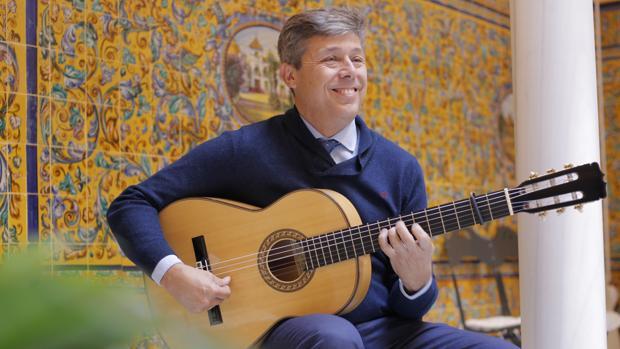 Pedro Sierra toca la guitarra en el patio interior de la Fundación Cristina Heeren