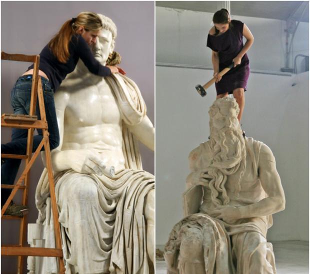 Eulàlia Valldosera abrillanta la estatua de un emperador romano y Cristina Lucas golpea el Moisés de Miguel Ángel