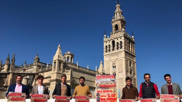 Los toreros actuantes y el alcalde del municipio, en la Casa de la Cultura de Sevilla