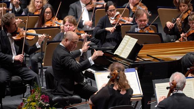 El pianista Xu Zhong actuó también como director de la Sinfónica