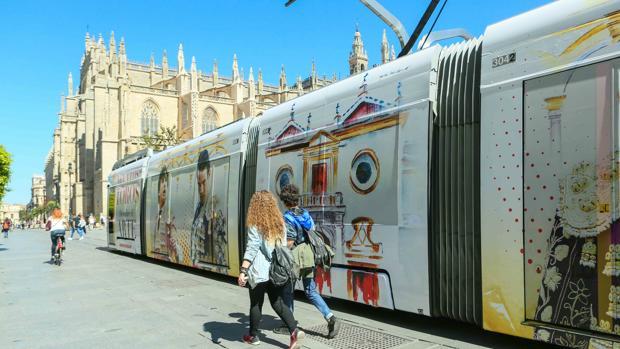 El tranvía que recorre desde hoy y hasta el 15 de abril el centro de Sevilla -