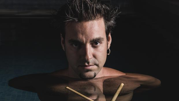 El músico portuense Javi Ruibal combina sus facetas de productor, percusionista, baterista y compositor. :: L. V.