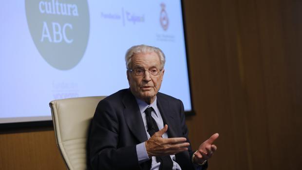 Antonio Garrigues Walker, este miércoles durante su intervención en el Aula de Cultura de ABC de Sevilla