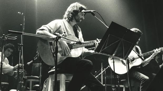 Luis Eduardo Aute en un concierto en 1983