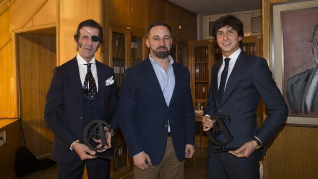 Santiago Abascal, con los ganadores del XI premio Taurino ABC, Juan José Padilla y Andrés Roca Rey