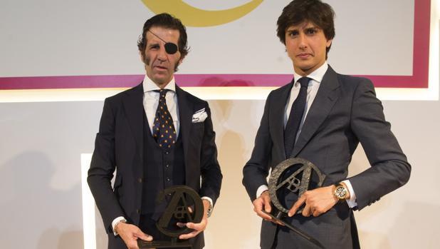 Juan José Padilla y Anrés Roca Rey posan con el trofeo de ABC